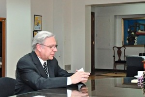 "<span class=""bildunterschrift_hervorgehoben"">»</span> Débora Giorgi, Argentina's Minister of Industry, talking to Juan José Soler, Cerámica del Norte, and Luca Caramelli, Bongioanni Macchine (from right to left)<br />"
