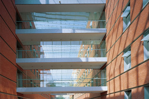 ›› 5 The two main buildings of the VAC are linked by a glass-covered internal walkway