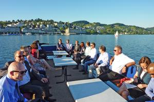 "<div class=""bildtext_en""><span class=""textmarkierung"">»3</span> Heading for the conference venue across Lake Lucerne</div>"
