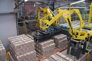 """<span class=""""bildunterschrift_hervorgehoben"""">»3 </span>When palletizing is the job to be done, four-axis robots are the way to go – and wrist loads of 450 kg or so are no problem"""