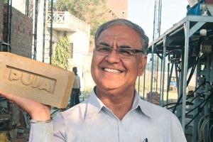 "<span class=""bildunterschrift_hervorgehoben"">»6</span> Om Brakash Badlani, managing director of Praya Clay Products in Varanasi, showing off a brick made with an Ishtika mixer press<br />"