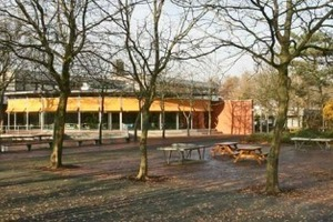 &gt;&gt; New cafeteria of the Deegfeld School Centre in Nordhorn with a view of the big school yard<br />