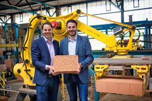 "<div class=""bildtext_en""><span class=""textmarkierung"">»3</span> Managing directors Michael and Matthias Hörl present the innovative clay block ""Unipor Silvacor"" filled with wood fibres</div>"