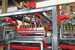 "<div class=""bildtext_en""><span class=""bildnummer"">»1</span> The green bricks are transported on parallel chain conveyors that are connected with a roller programming bench</div>"