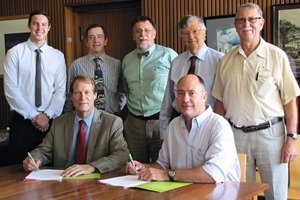 """<span class=""""bildunterschrift_hervorgehoben"""">»1</span> Set to make history with the Clay Brick LCA Study by (front right-left): Nico Mienie, Clay Brick Technical Chairperson and Professor Karel Bakker, Dean Department of Architecture, University of Pretoria; with (back right-left) At Coetzee, Clay Brick Executive Director; Professor Dieter Holm; Professor Piet Vosloo, Project Coordinator; Howard Harris, Technical Consultant and Research Assistant; Gregory Rice"""