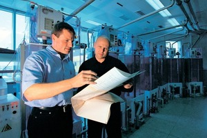 """<span class=""""bildunterschrift_hervorgehoben"""">»6</span> The operative level (foreman/worker) must be involved in the definition of factors, like at this meeting between technician and engineer"""