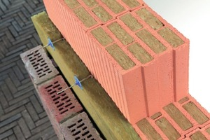 """<span class=""""bildunterschrift_hervorgehoben"""">»9</span> The wall materials for this integrated solution for double-leaf walls are the Poroton-T8-MW in a thickness of 24 centimetres and facing bricks from the Terca range. With ten-centimetre-thick insulation in WLG 035, a U-value of 0.16 W/m²K is achieved and at the same time the exterior wall is thinner than monolithic structures with the same insulation levels. A part of the system is a two-part cavity wall tie made of stainless flat steel that ensures the stability of the structure"""