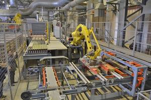 """<div class=""""bildtext_en""""><span class=""""bildnummer"""">»2</span> Robots set and unload the kiln cars</div>"""