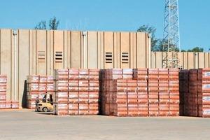 """<span class=""""bildunterschrift_hervorgehoben"""">»6</span> Storage area with packed brick pallets"""