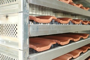 """<span class=""""bildunterschrift_hervorgehoben"""">»26</span> Stackable drying supports (modular channel) for standard roof tiles, with QuickPoint support and perforated plates arranged above and below the tile<br />"""