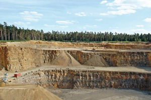 """<span class=""""bildunterschrift_hervorgehoben"""">»3</span> Clay as an accessory material: quarries can contain large quantities of clay (Ueffeln open pit, Lower Saxony)<br />"""