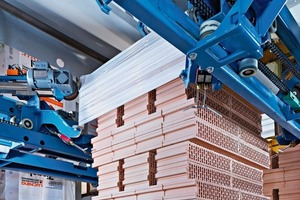 """<span class=""""bildunterschrift_hervorgehoben"""">»</span> The Beumer stretch hood packs palletized stacks with a stretch hood made of film, in this way safeguarding the bricks during transport<br />"""