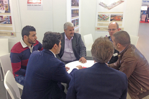 "<div class=""bildtext_en""><span class=""bildnummer"">»1</span> Members of the Lingl team in talks with Algerian clients</div>"