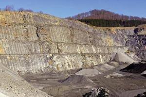 "<div class=""bildtext_en"">»1 Concordant deposit of greywacke and carbonate in the Berge Quarry, North Rhine-Westphalia</div>"
