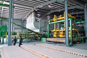 """<div class=""""bildtext_en""""><span class=""""bildnummer"""">»2</span> View of the wet and dry products handling line, with the fast dryer in the back. In front, the assembly of a kiln car</div>"""