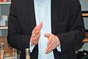 "<span class=""bildunterschrift_hervorgehoben"">»2</span> Taking a mould box as an example, De Boer's Managing Director Dries van Hapert explains the new tracking system<br />"
