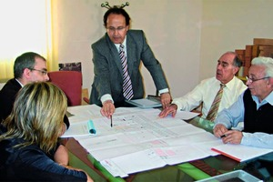 "<span class=""bildunterschrift_hervorgehoben"">»2</span> Francisco Pain discusses with technical managers on a meeting<br />"