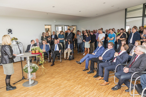 "<div class=""bildtext_en""><span class=""bildnummer"">»4 </span>""24 years with eleven building projects"" – Christa Schülein thanks the building planner in the new conference room</div>"