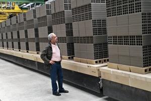 """<div class=""""bildtext_en""""><span class=""""bildnummer"""">»1</span> Belkacem Ghezel , Ceratec's Agent in Algeria, inspects the first dried hollow bricks set and ready for firing</div>"""