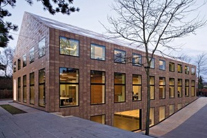 """<span class=""""bildunterschrift_hervorgehoben"""">»6</span> Modern new-built office in Gooiland, Netherlands. Architect van Velsen chose to use sand-coloured Terzo facade panels from the Argeton range. With two to three dummy joints, they provide additional accents."""