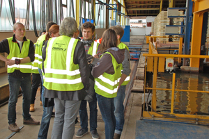 "<div class=""bildtext""><span class=""bildnummer"">»5</span> At the closing visit to the Roggden plant, many questions were asked concerning the casing kiln</div>"