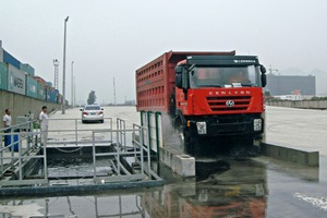 """<div class=""""bildtext_en""""><span class=""""textmarkierung"""">»1</span> In harbours MobyDick Wheel Washing Systems can prevent dangerous contamination from getting onto roads</div>"""