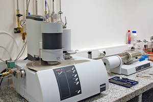 """<div class=""""bildtext_en""""><span class=""""bildnummer"""">»2</span> The research and development centre is equipped with comprehensive measurement and analysis technology, e.g. a STA and a dilatometer for thermal analyses</div>"""