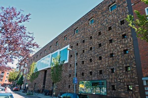 "<div class=""bildtext_en""><span class=""bildnummer"">»</span> Modern architecture made of brick precast elements in Amsterdam </div>"